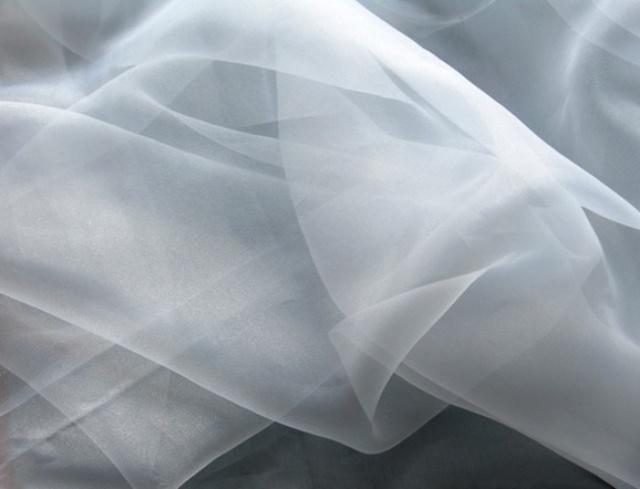 Какой материал лучше габардин или блэкаут?