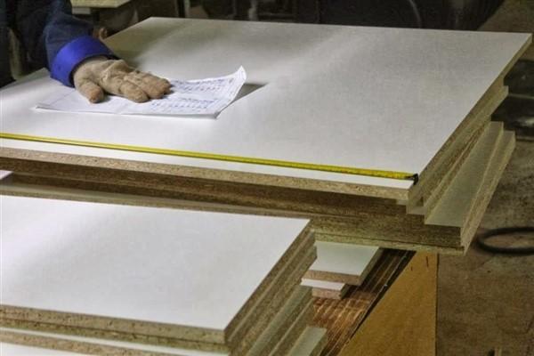 Какой материал лучше МДФ или фанера: сравнение и отличия